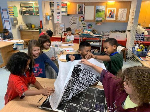 En la sala de arte en español de la Sra. Cutelis el enfoque principal diario es trabajar juntos para resolver problemas personalmente significativos e interesantes.